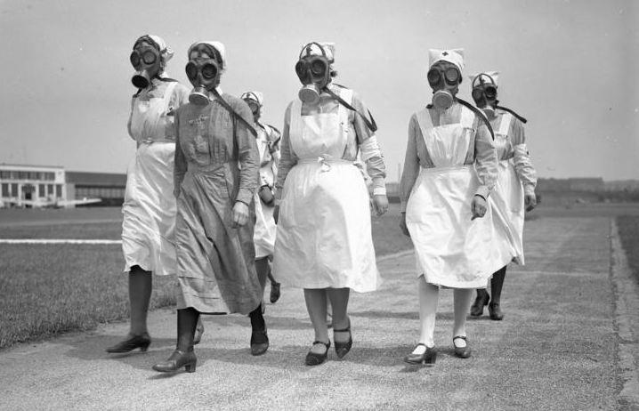 Sykesøstre med gassmasker